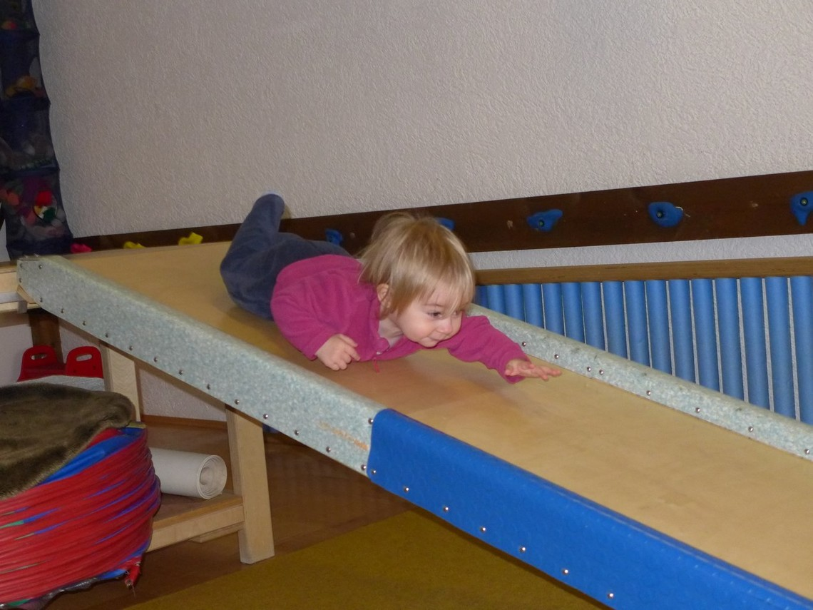 Pädiatrie stock photo featuring a child on a slide